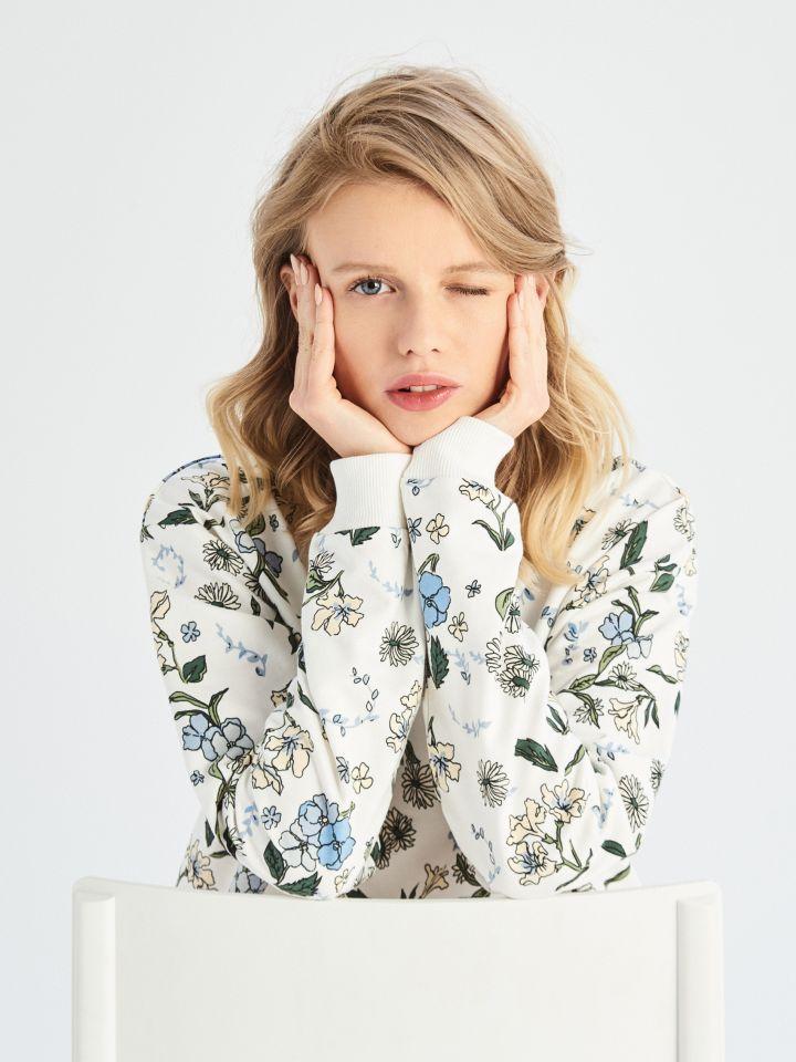 Džemperis su gėlių motyvais