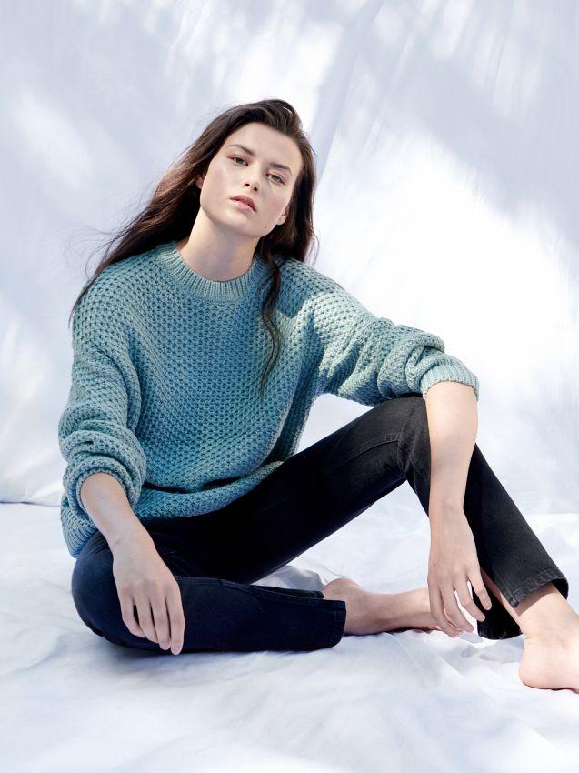 Sweter z zarysowanym splotem