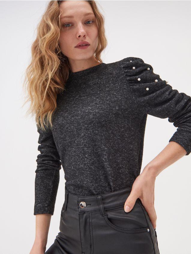 Sweter ozdobnymi rękawami